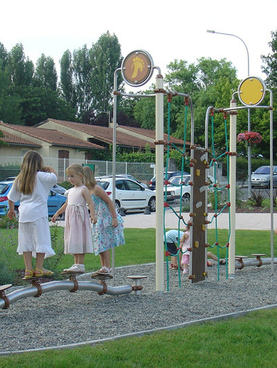 Jeu pour enfants - jardin de la médiathèque